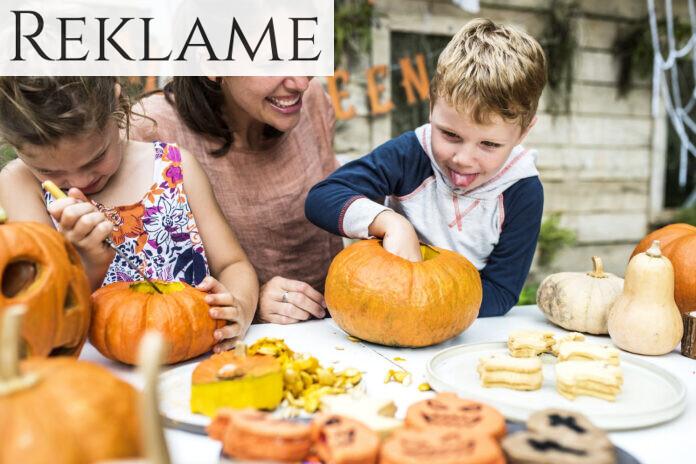 Familie skærer græskar til dekoration